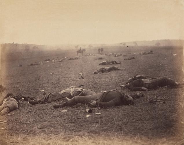 """""""Uma colheita de morte, Gettysburg, Pensilvânia"""", de Timothy H. O'Sullivan. Julho de 1863. A imagem foi publicada na primeira antologia de fotografias dos Estados Unidos, organizada por Alexander Gardner. O livro trazia 10 imagens, sendo 8 de Sullivan e duas do próprio Gardner."""