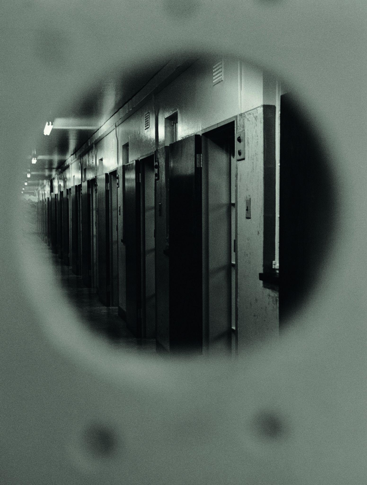 Seção B, o corredor no qual está a cela de Nelson Mandela, uma vista do buraco da fechadura, 1992, Koto Bolofo