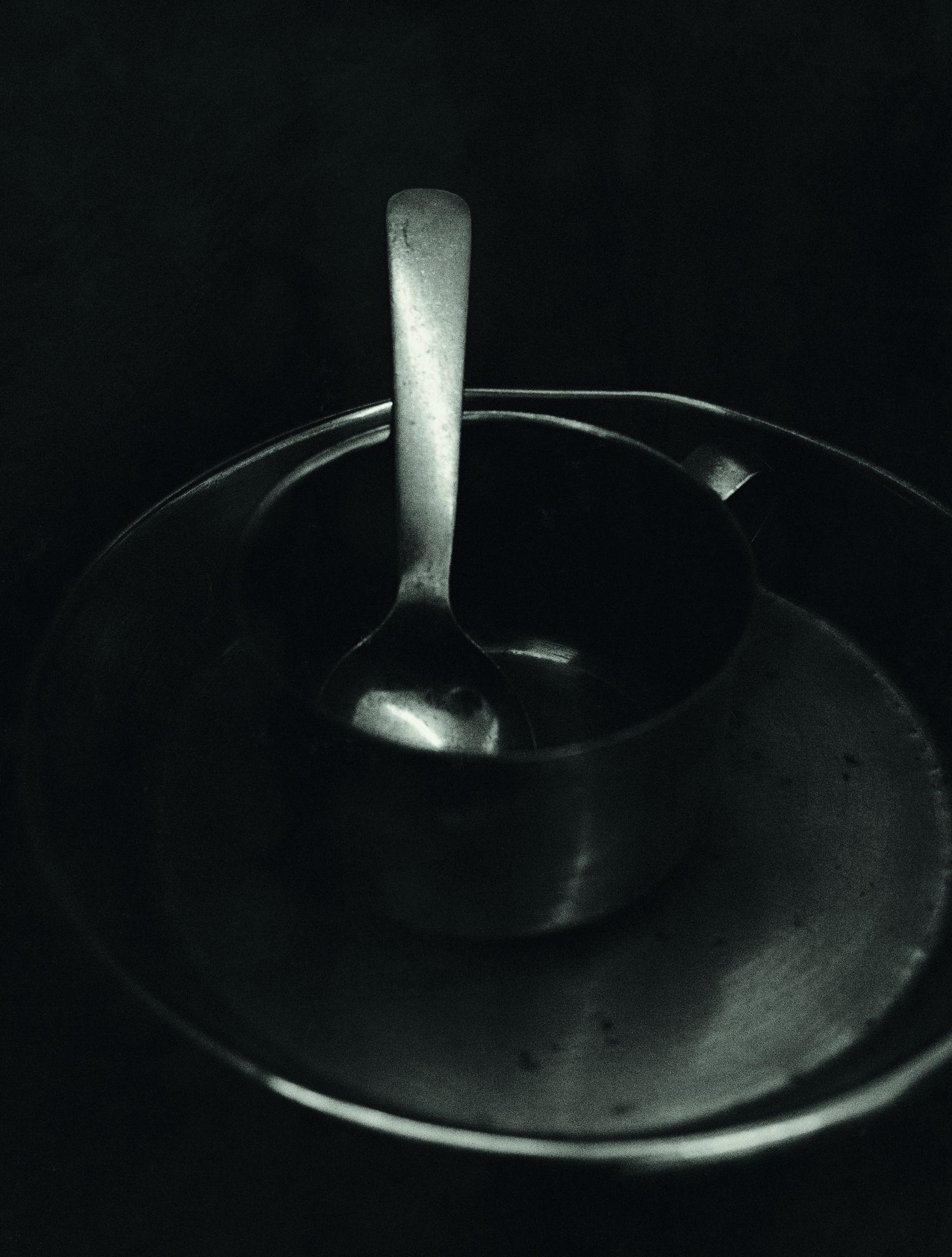 Seus simples utensílios: uma tigela de metal, xícara, prato e colher, 1992, Koto Bolofo