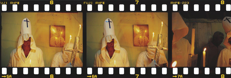 O costume de usar a mitra de papelão na cabeça extinguiu-se com o fim deste grupo, do bairro de Nossa Senhora Aparecida. O Preto Velho na parede mostra que o sincretismo faz parte do ritual. Nossa Senhora da Glória, Sergipe, 2007.