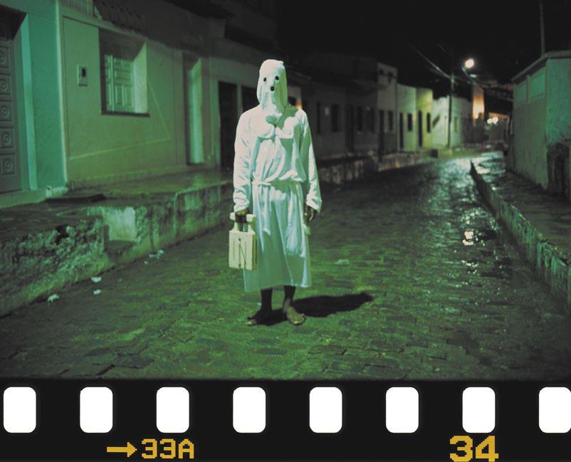 O matraqueiro não pode faltar às confrarias. A percussão da matraca convoca os penitentes. Laranjeiras, Sergipe, 2002.