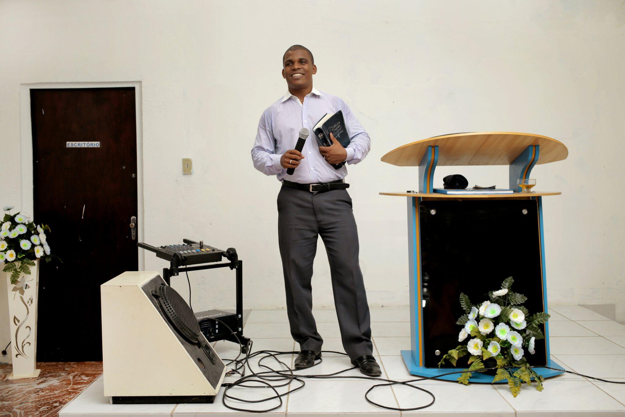 O pastor Caetano, 27, prega na Igreja Internacional da Graça de Deus, da cidade de Jaboatão, há 7 anos