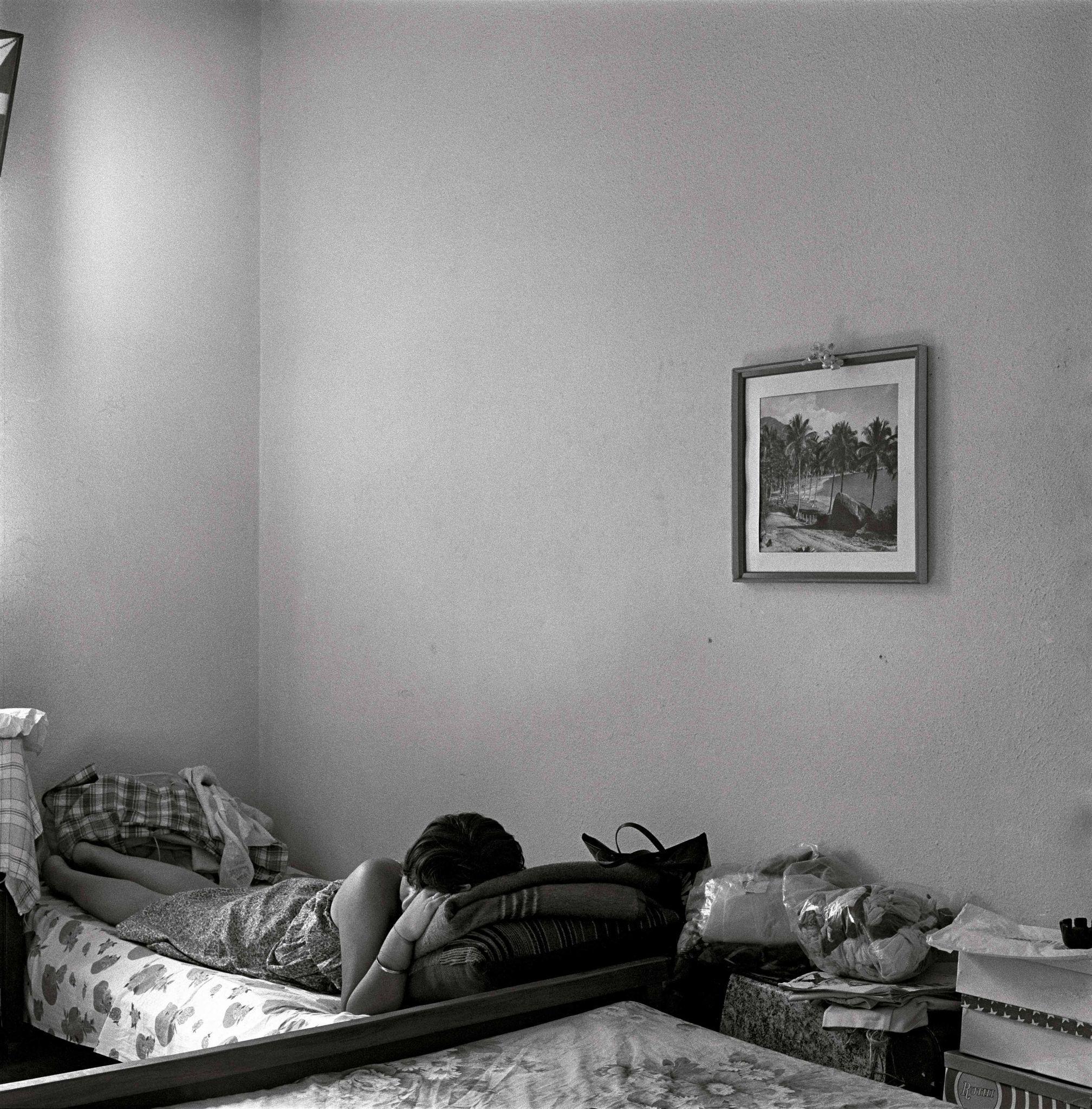 1979-07-C-Moça-na-cama