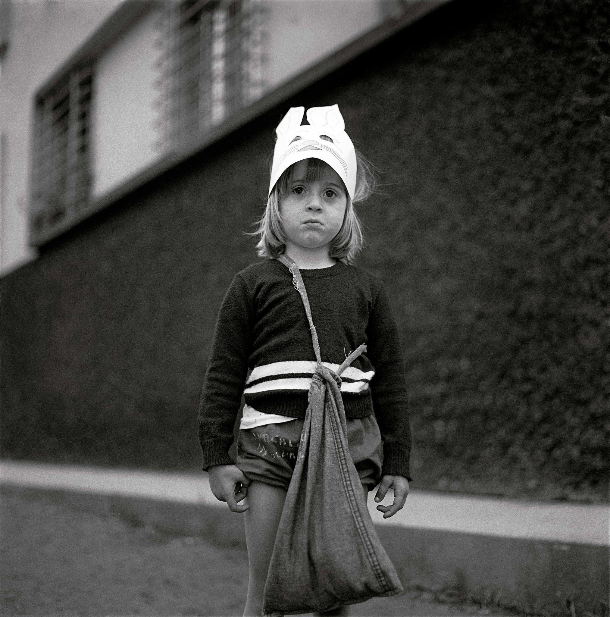 1979-12-04-menina-e-mascara-de-gato