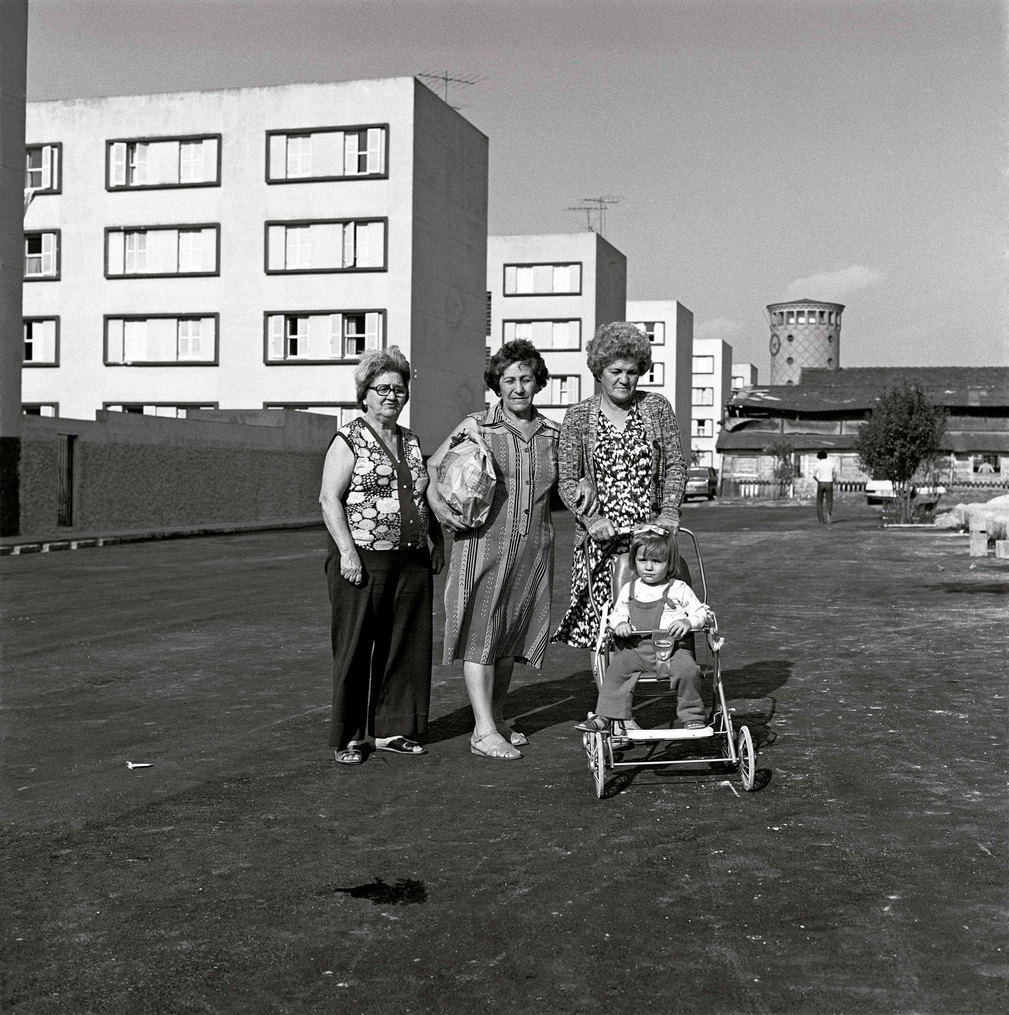 1979-23-Mulheres-e-criança