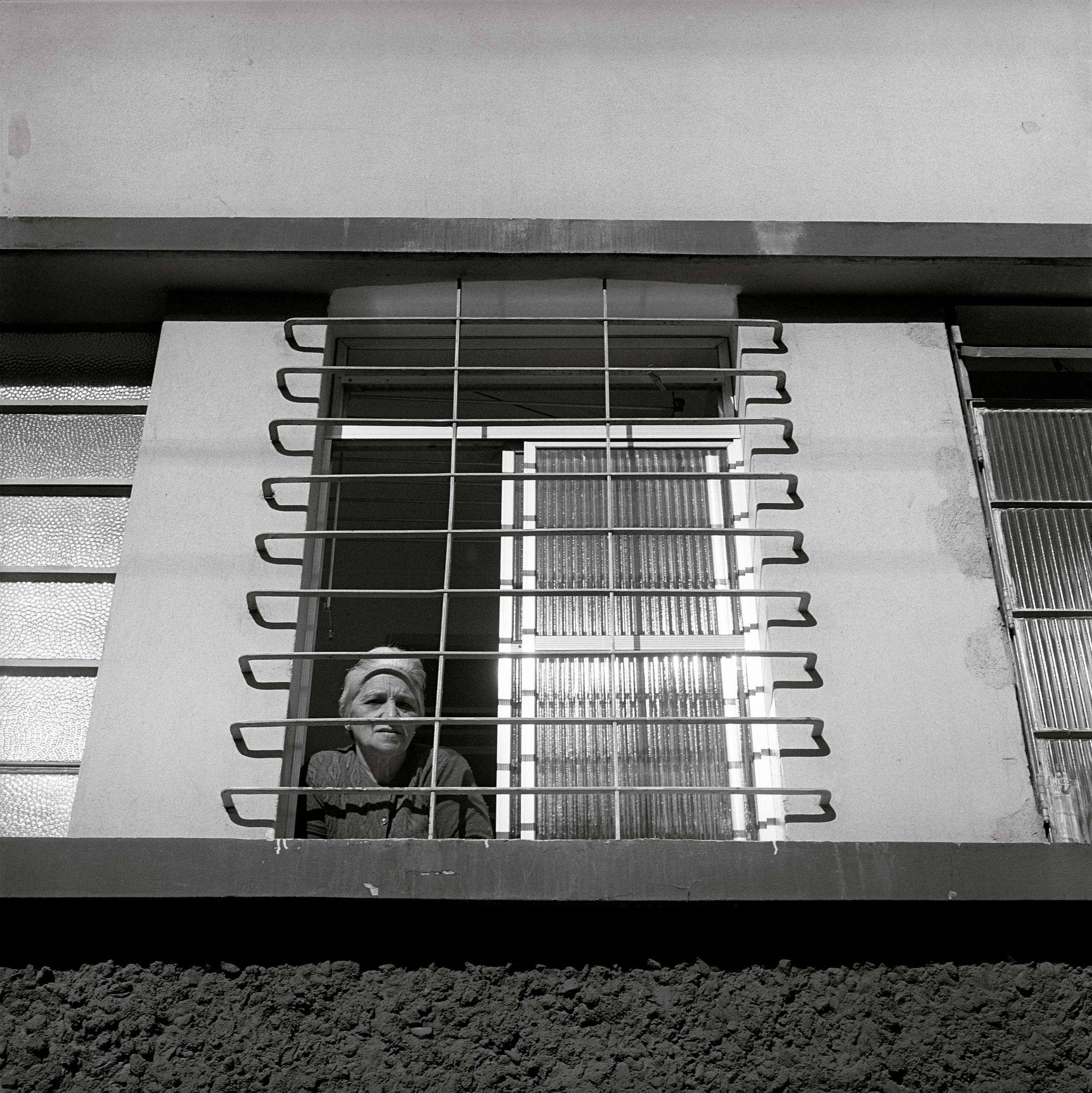 1979-39C-02-mulher-na-janela