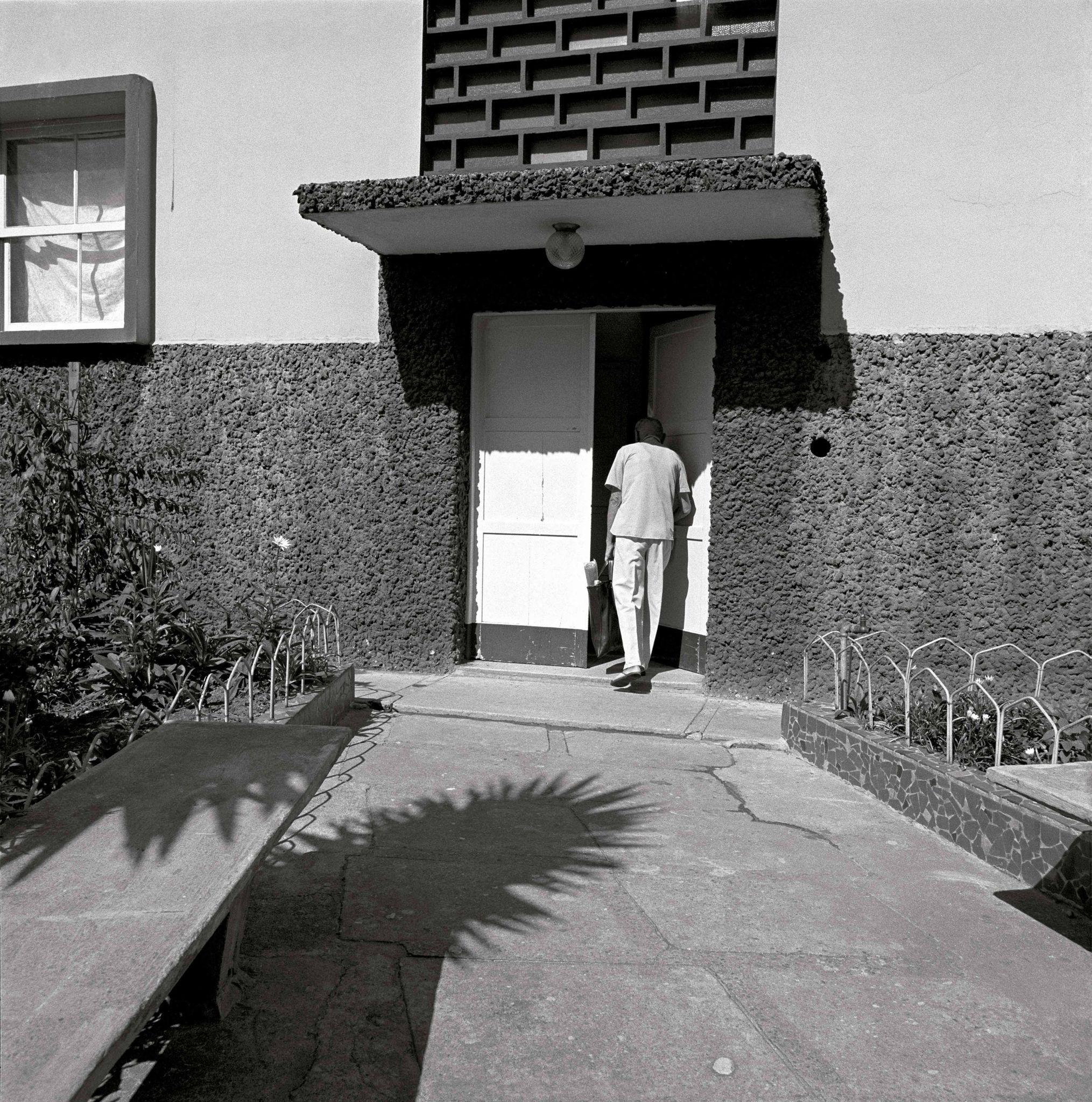 1979-42-Entrando-no-prédio