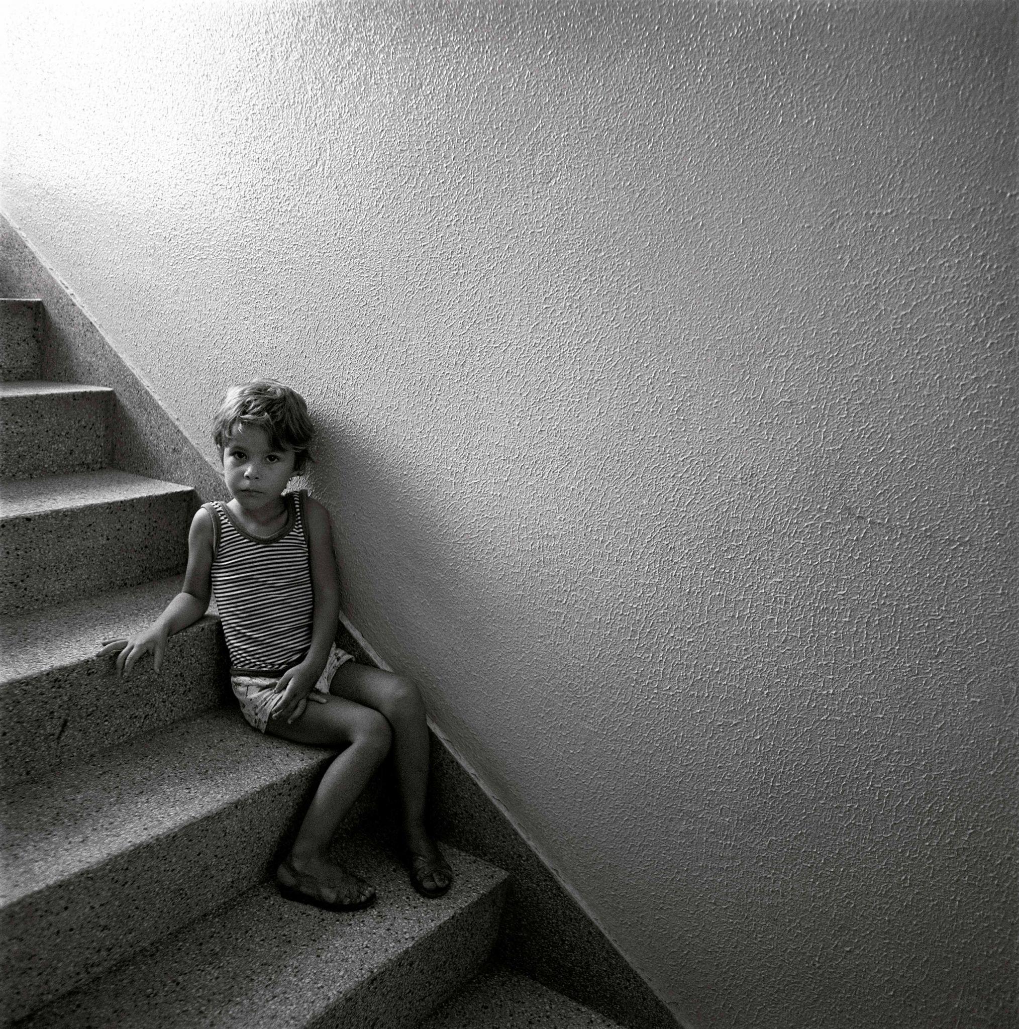 1979-61-01-menino-na-escada-2