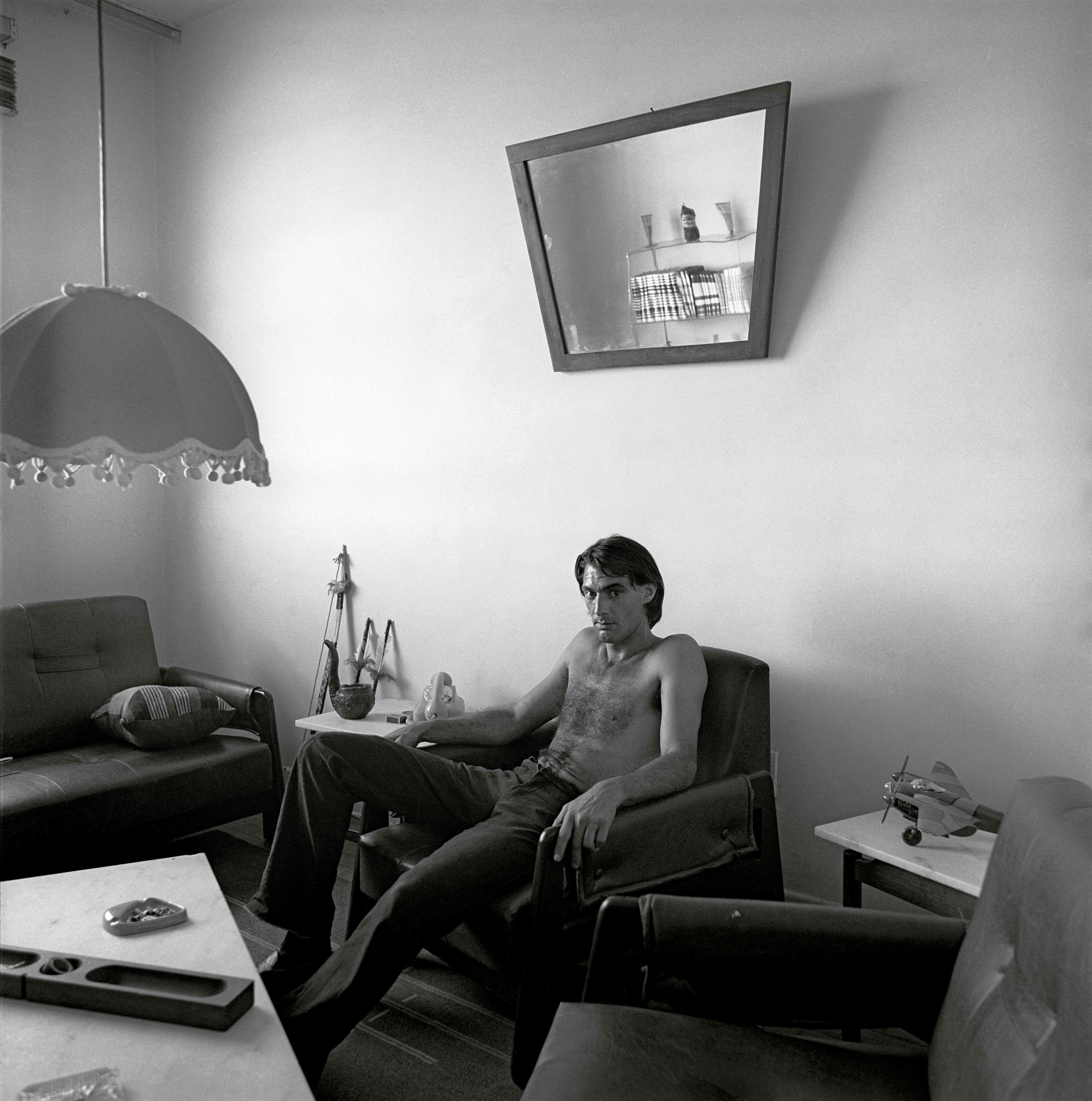 1979-7C-04-homem-na-sala-e-espelho
