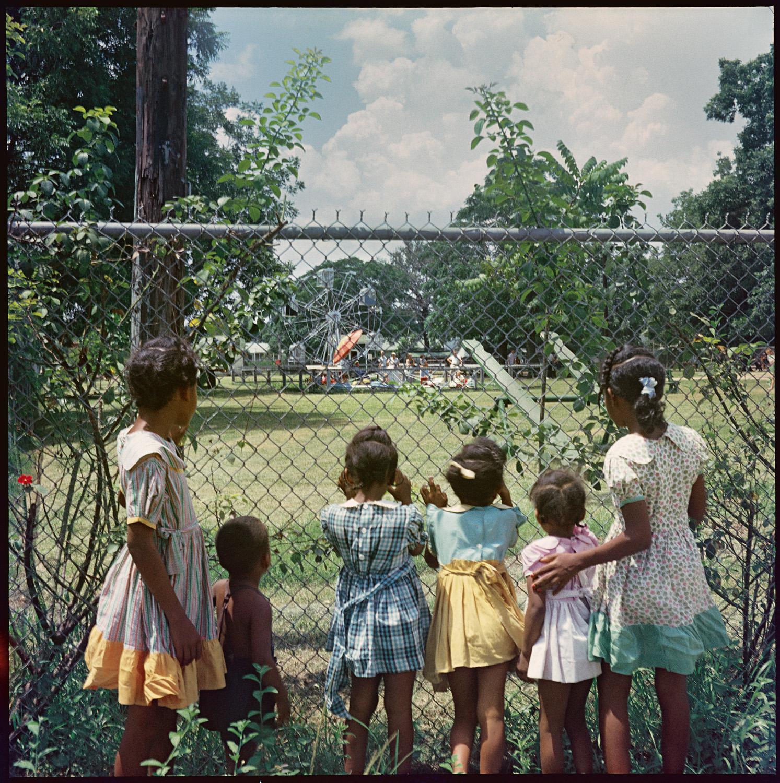De fora olhando pra dentro, 1956 ©Gordon Parks Foundation