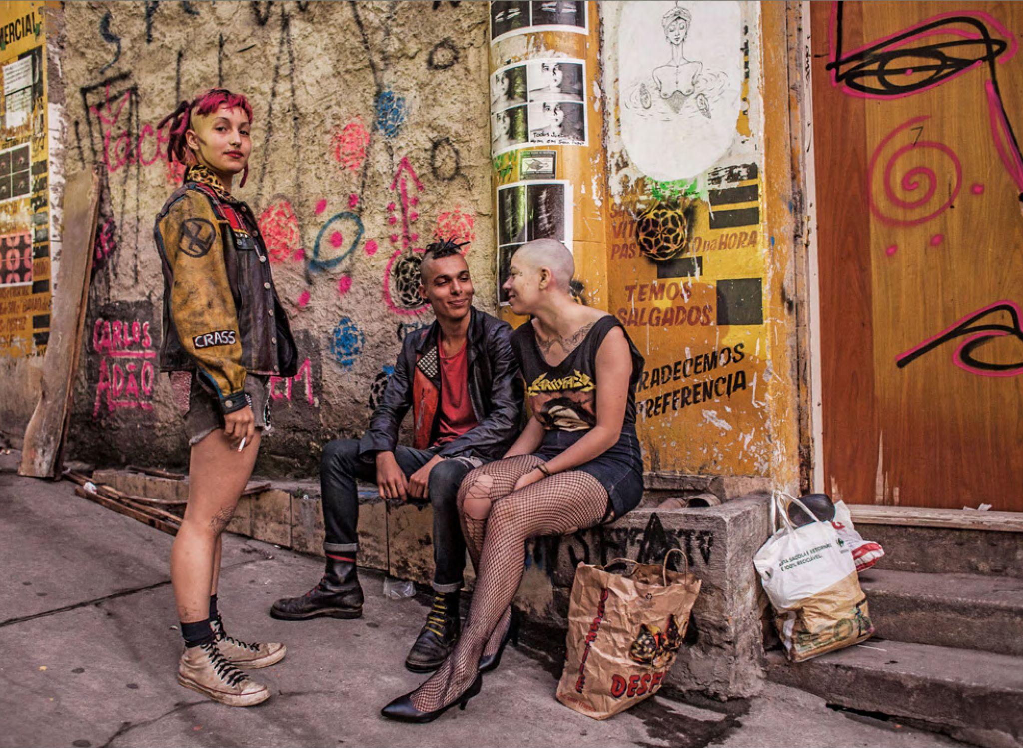 Integrantes do coletivo Anhangabaroots diante de uma ocupação cultural na rua do Ouvidor, 63, no centro de São Paulo. Coletivos têm ocupado imóveis vazios para transformá-los em espaços culturais e de trabalho. 27 de junho. Mídia Ninja