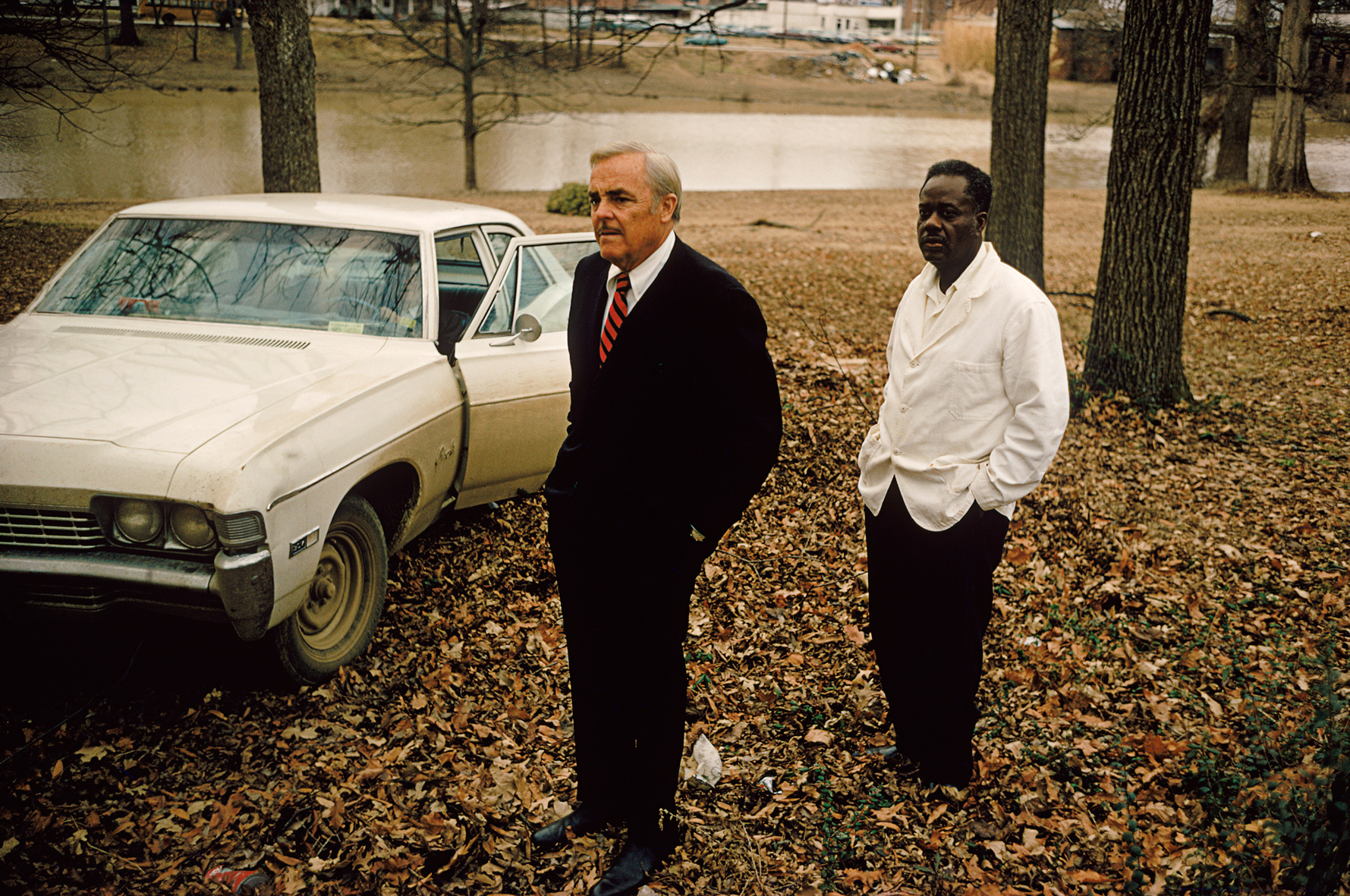 Sumner, Mississippi, com o riacho Cassidy ao fundo, c. 1969 // do livro Guia de William Eggleston, 1976