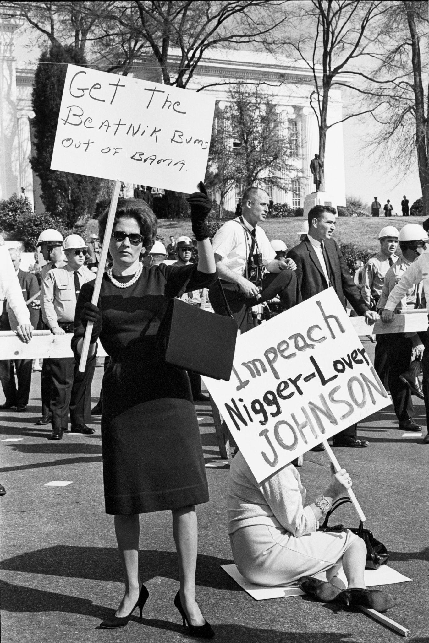 Manifestantes brancos em Montgomery à conclusão de março
