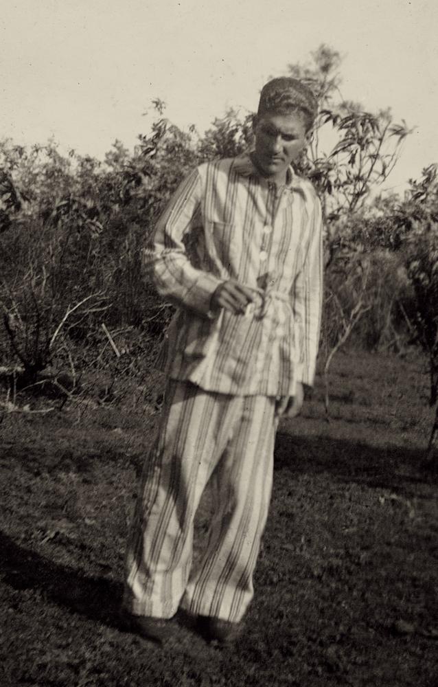 Desvio_Homem de pijama no campo