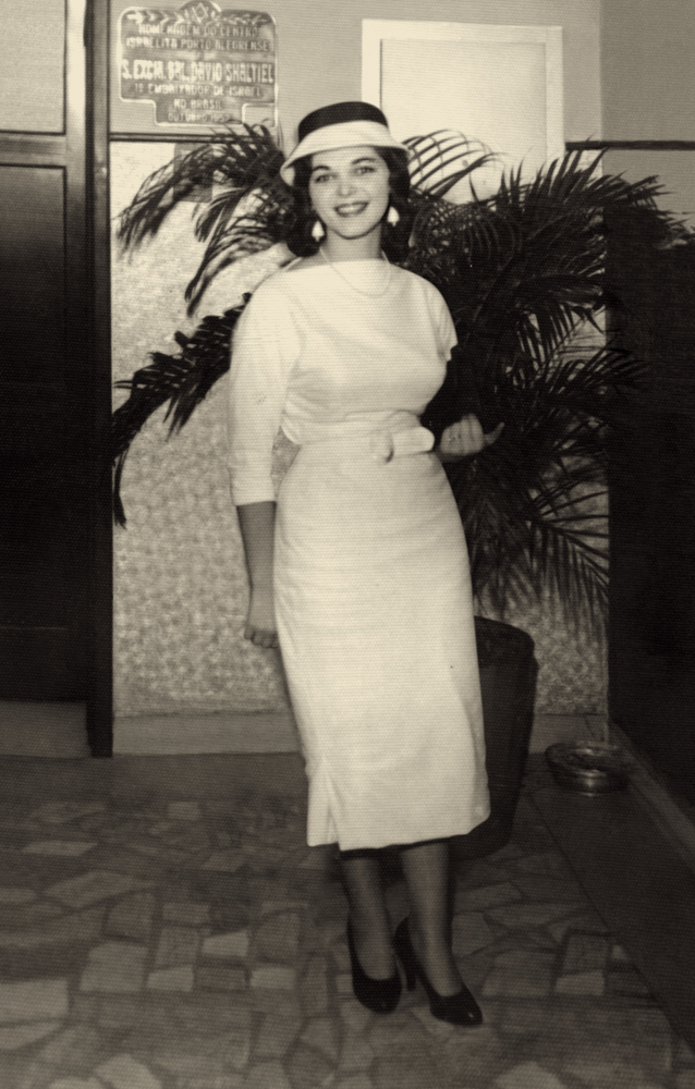 Desvio_Mulher de vestido branco e sapato preto