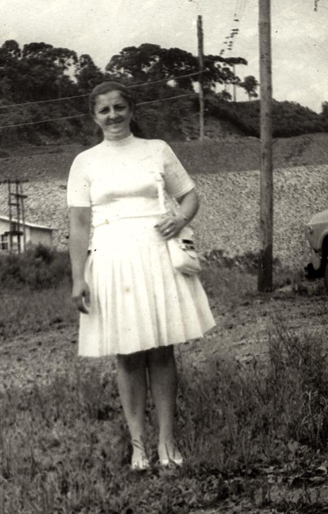 Desvio_Mulher de vestido e sapato branco