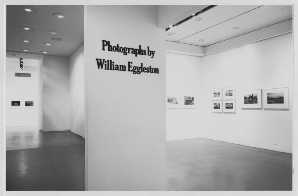 "Instalação da exposição ""Fotografias de William Eggleston"", 1976. © The Museum of Modern Art, New York"