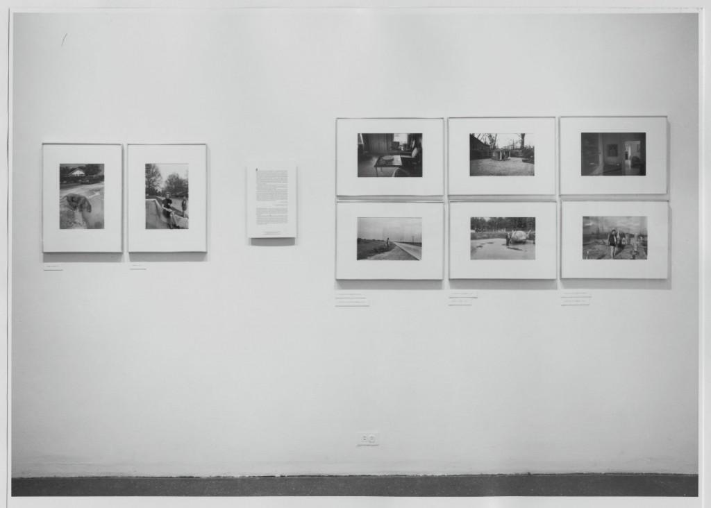"""Instalação da exposição """"Fotografias de William Eggleston"""", 1976. © The Museum of Modern Art, New York"""