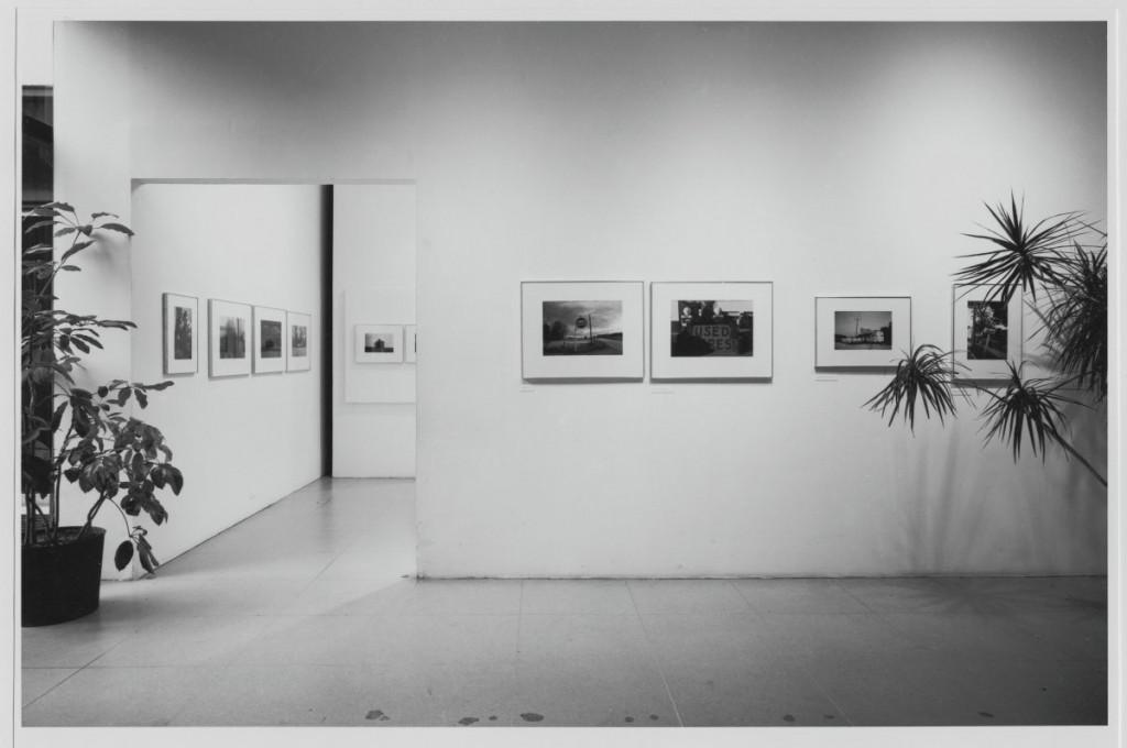 """Instalação da exposição """"Photographs by William Eggleston"""", 1976. © The Museum of Modern Art, New York"""