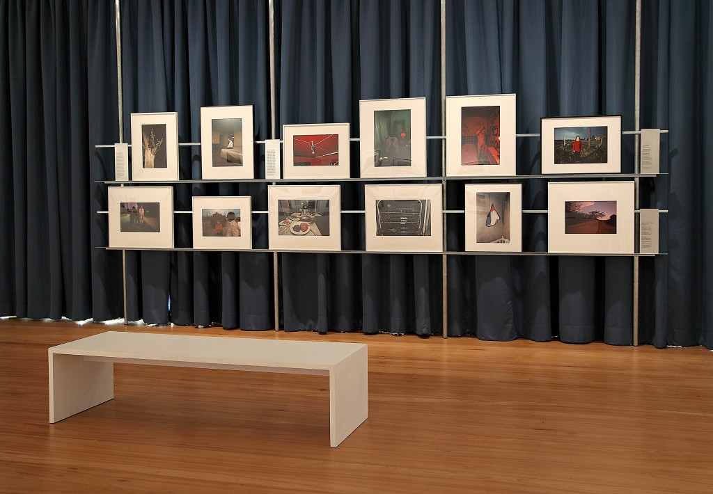 """Sala com a série de fotografias feitas em cromo da exposição """"William Eggleston, a cor americana"""", no IMS-RJ"""