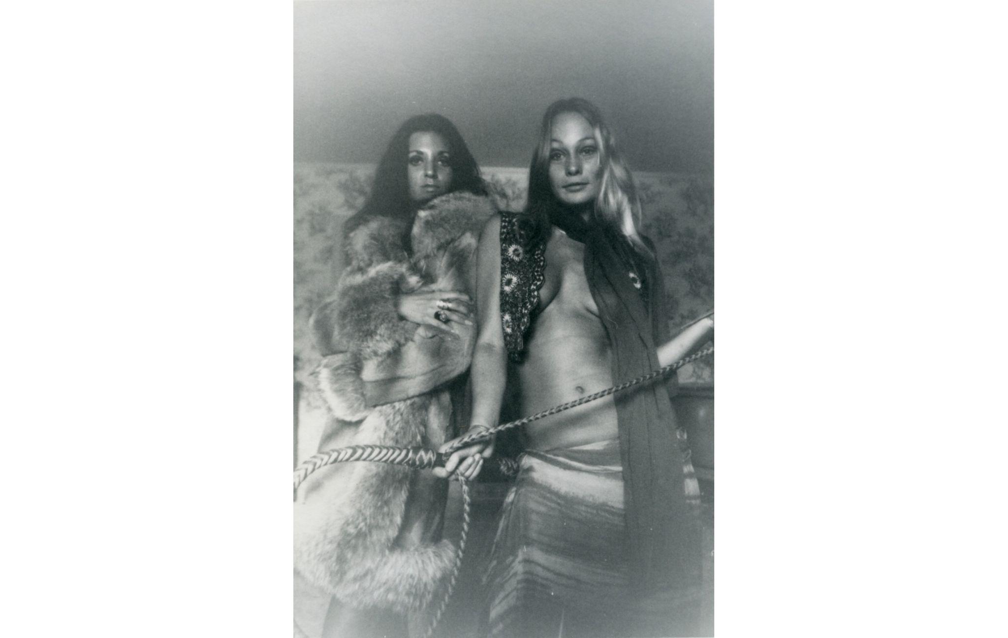 Sem título (mulheres em pele segurando corda), c. 1969-1973