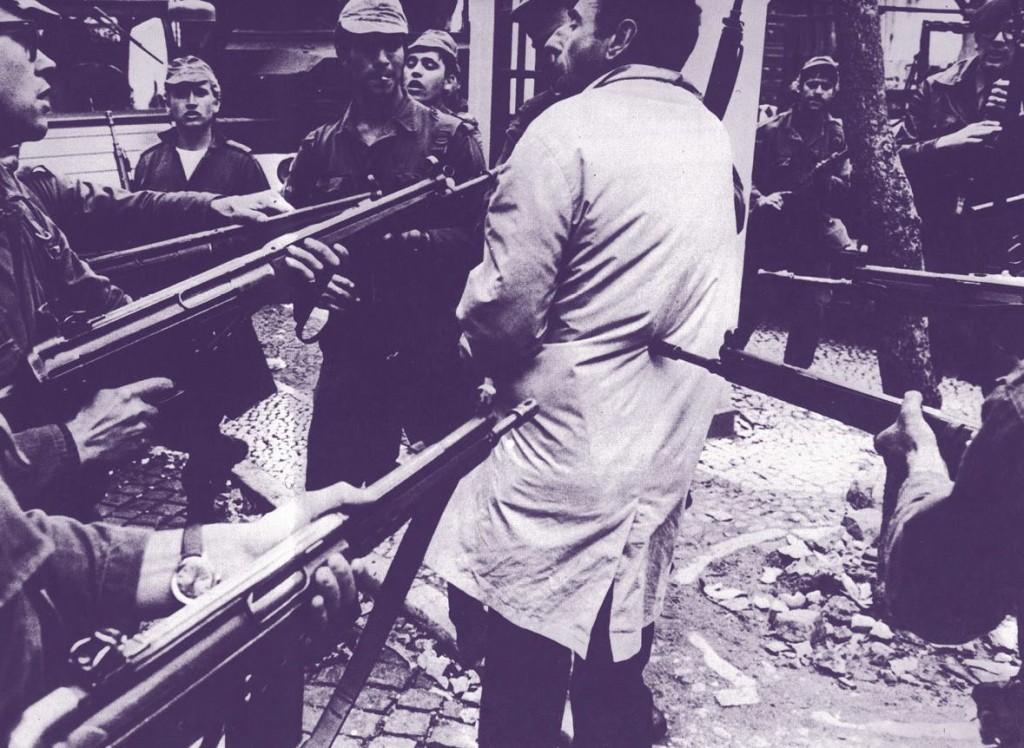 """Henri Bureau, """"Prisão de um agente da PIDE em Lisboa"""", 1974 (página 120)."""
