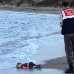[:pb]Um garotinho jaz de bruços na praia[:en]A little boy lies face down on the beach[:]