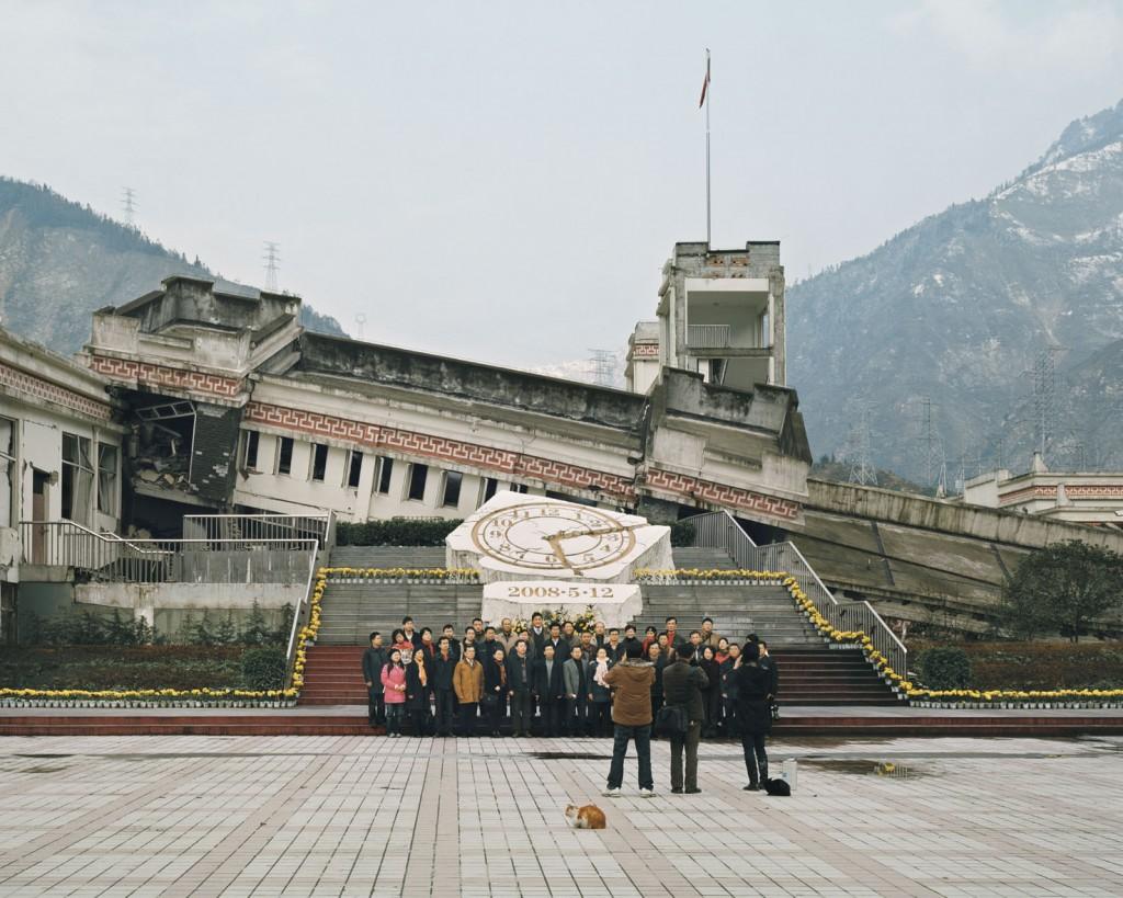 """Ambroise Tézenas, tour pelas ruínas deixadas por um terremoto na região de Wenchuan, província de Sichuan, China, da série """"Eu estive aqui/Turismo da desolação""""."""