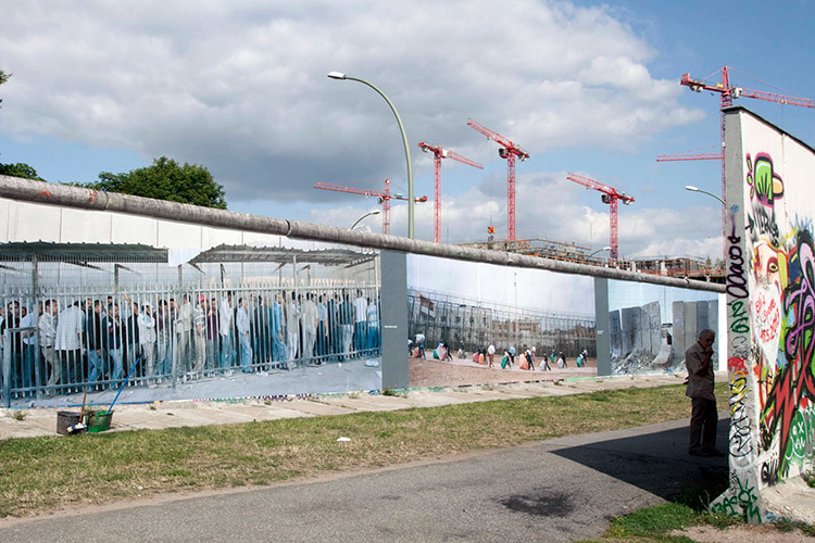 Exposição <em>Wall on Wall</em>, de Kai Wiedenhöfer, num trecho restante do Muro de Berlim, 2013. © Kai Wiedenhöfer