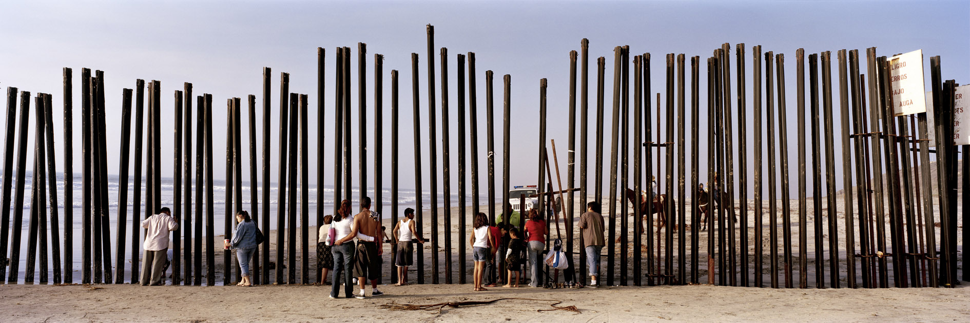 Kai Wiedenhöfer, limite final da fronteira México-Estados Unidos se estendendo para o Oceano Pacífico, Tijuana, México, 2008.