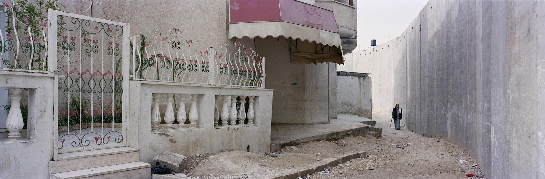 Kai Wiedenhöfer, palestino em Nazlat Isa, junto ao muro construído em 2004 pelo governo israelense e que seccionou a cidade, separando muitas famílias. Palestina, 2004.