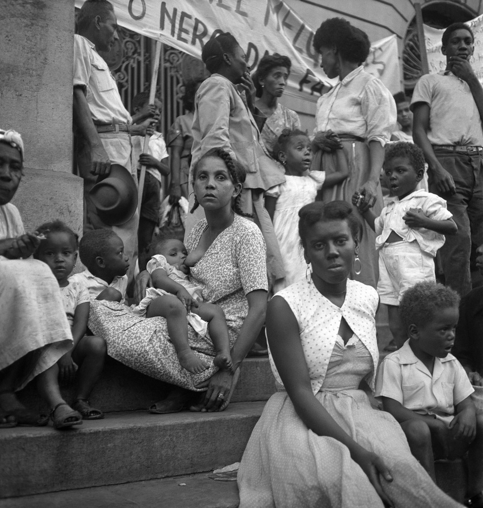 Protesto em frente ao edifício da Câmara Municipal, Rio de Janeiro, RJ, c. 1965. Coleção Alice Brill/Instituto Moreira Salles.