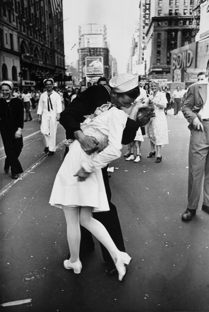 Alfred Eisenstaedt, Beijo na Times Square após a vitória dos Estados Unidos sobre o Japão na Segunda Guerra, Nova York, 1945. © Alfred Eisenstaedt/Pix Inc./Time & Life Pictures/Getty Images.