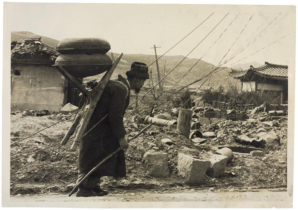 Civis sul-coreanos retornam à cidade devastada. Seul, Coreia do Sul, 1951. © Luciano Carneiro/Acervo Instituto Moreira Salles