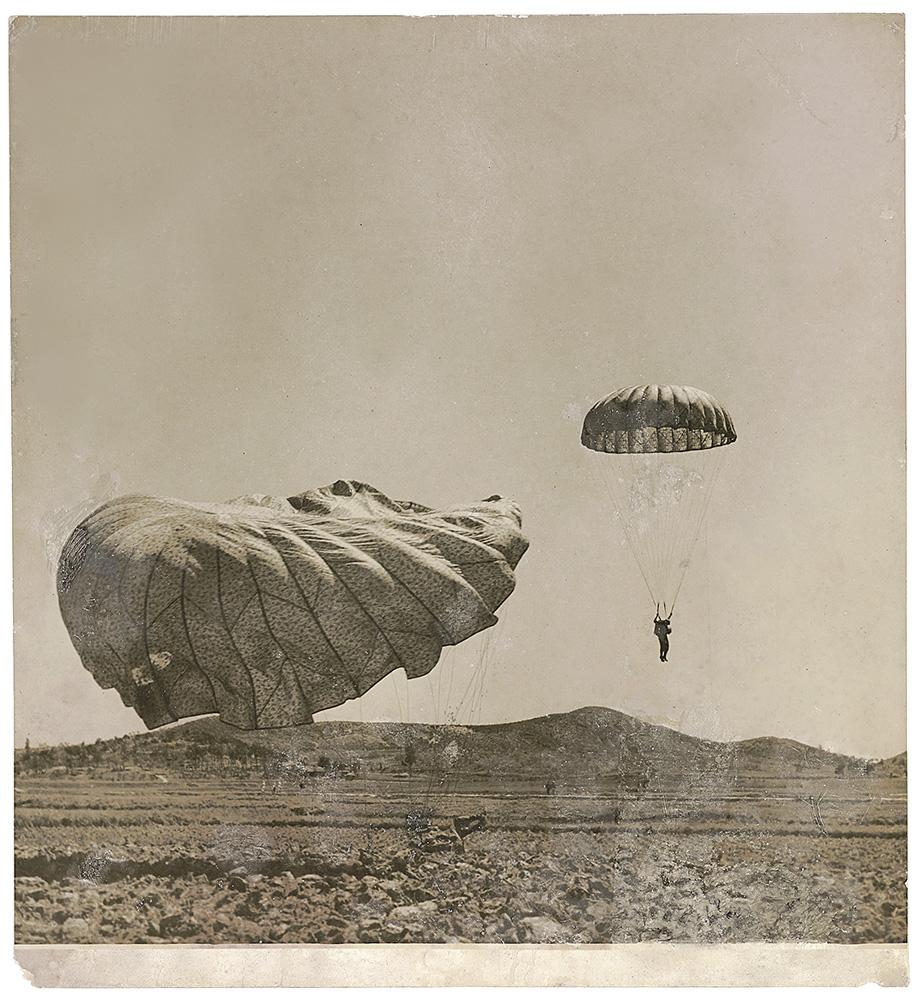 Paraquedistas norte-americanos em ação durante a operação Tomahawk. Munsan, Coreia do Sul, 1951. © Luciano Carneiro/Acervo Instituto Moreira Salles