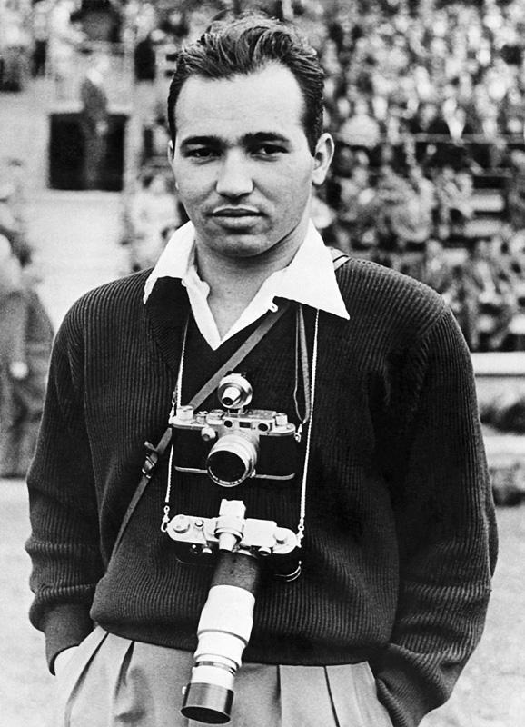 Luciano Carneiro durante cobertura do jogo Brasil x Hungria na copa do mundo de futebol de 1954, na Suíça. Autor desconhecido.