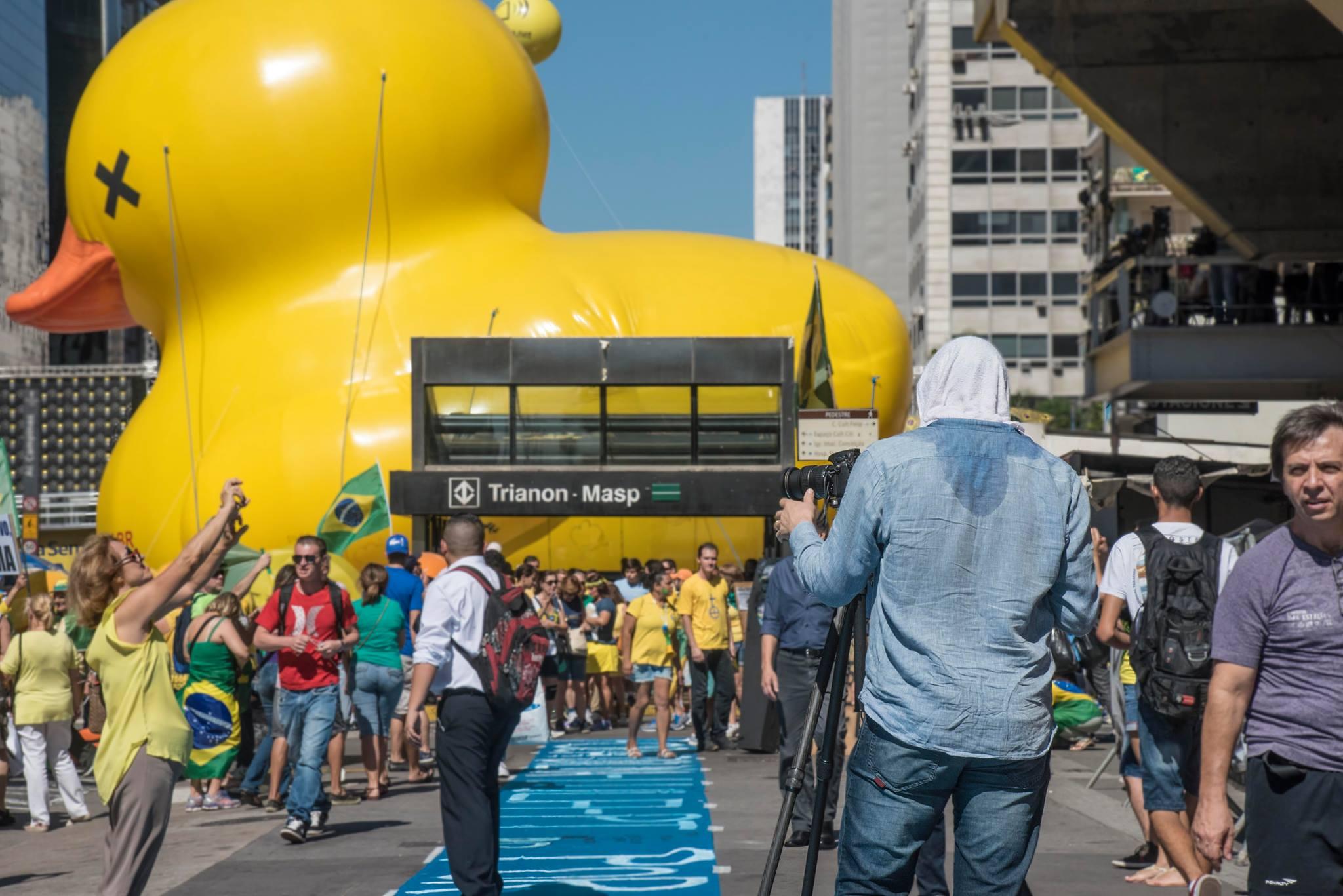 O fotógrafo Michael Wesely em ação na avenida Paulista. Foto de Ricardo Iannuzzi.