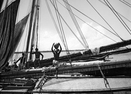Barco no porto próximo ao mercado Ver-o- Peso, Belém, c. 1954 - Marcel Gautherot/Acervo Instituto Moreira Salles
