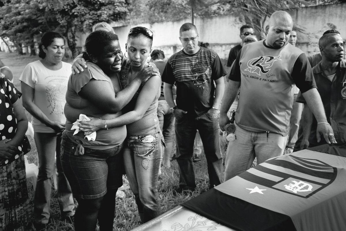 João Pina, Cemitério do Jardim da Saudade, Rio de Janeiro, 2009. Funeral de um policial militar de 30 anos.