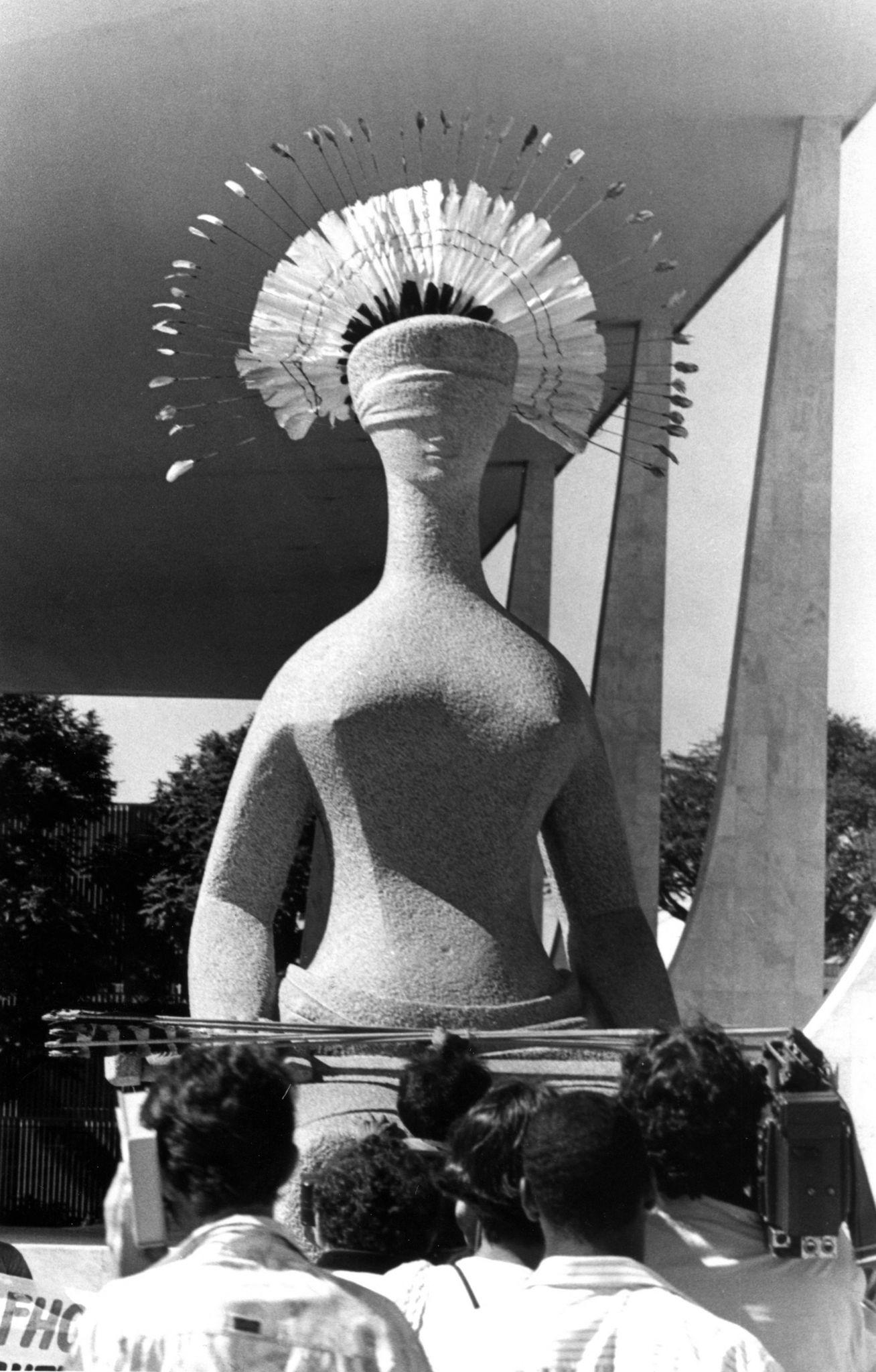 Bené Fonteles, intervenção na praça dos Três Poderes, Brasília, 1996. Foto de Iêda Cavalcante.