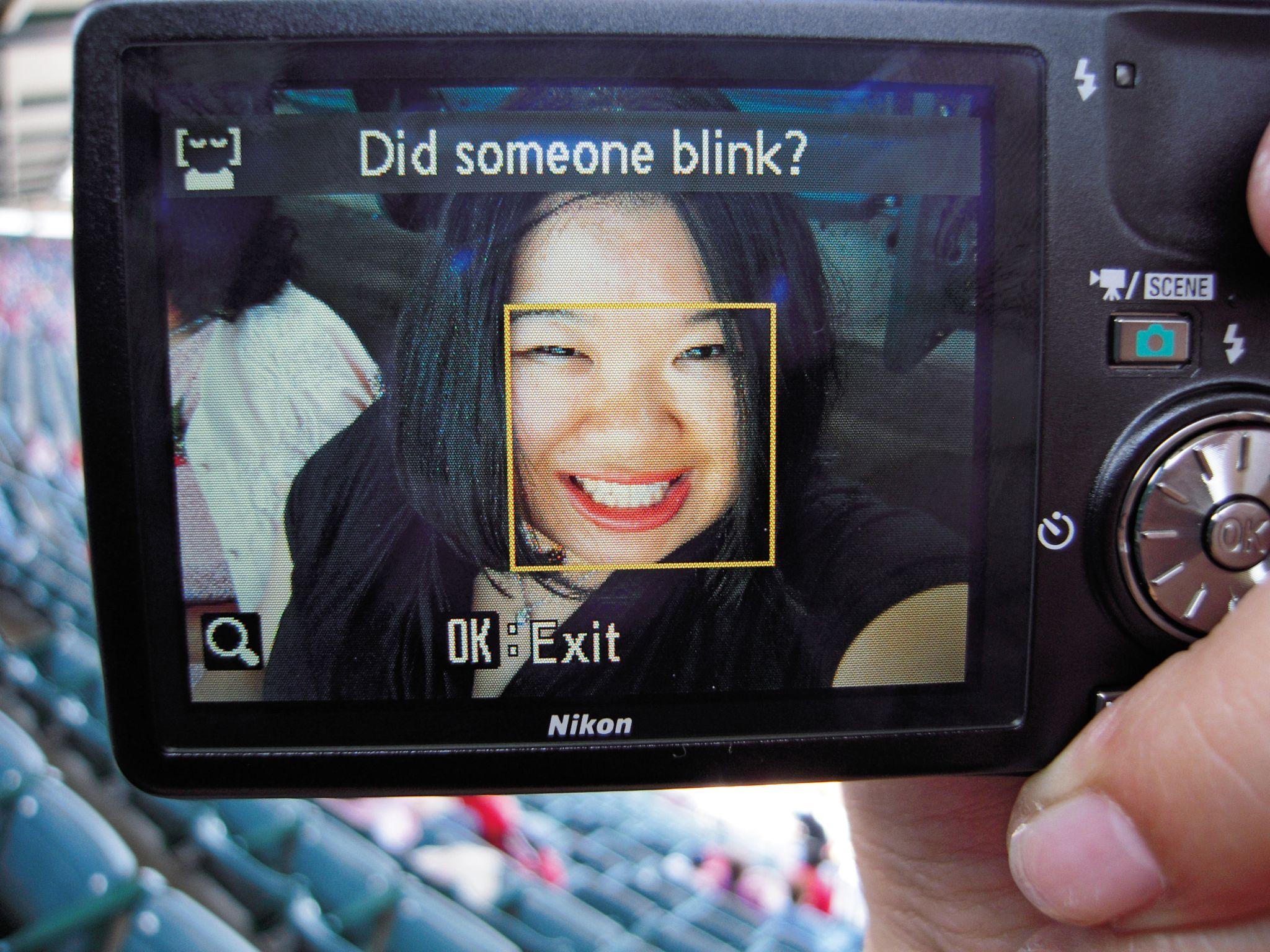 """""""Alguém piscou?"""" A era da fotografia digital continua a gerar situações constrangedoras, como a criada em 2010 por esta câmera da Nikon, que tinha dificuldade em distinguir traços fisionômicos. Acervo Joz Wang"""