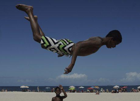 Fabio-Teixeira.-Salto-em-Copacabana-menino-brinca-de-saltar-na-praia-de-Copacabana-Zona-Sul-da-cidade-do-Rio-de-Janeiro-2013.-Col.-do-artista