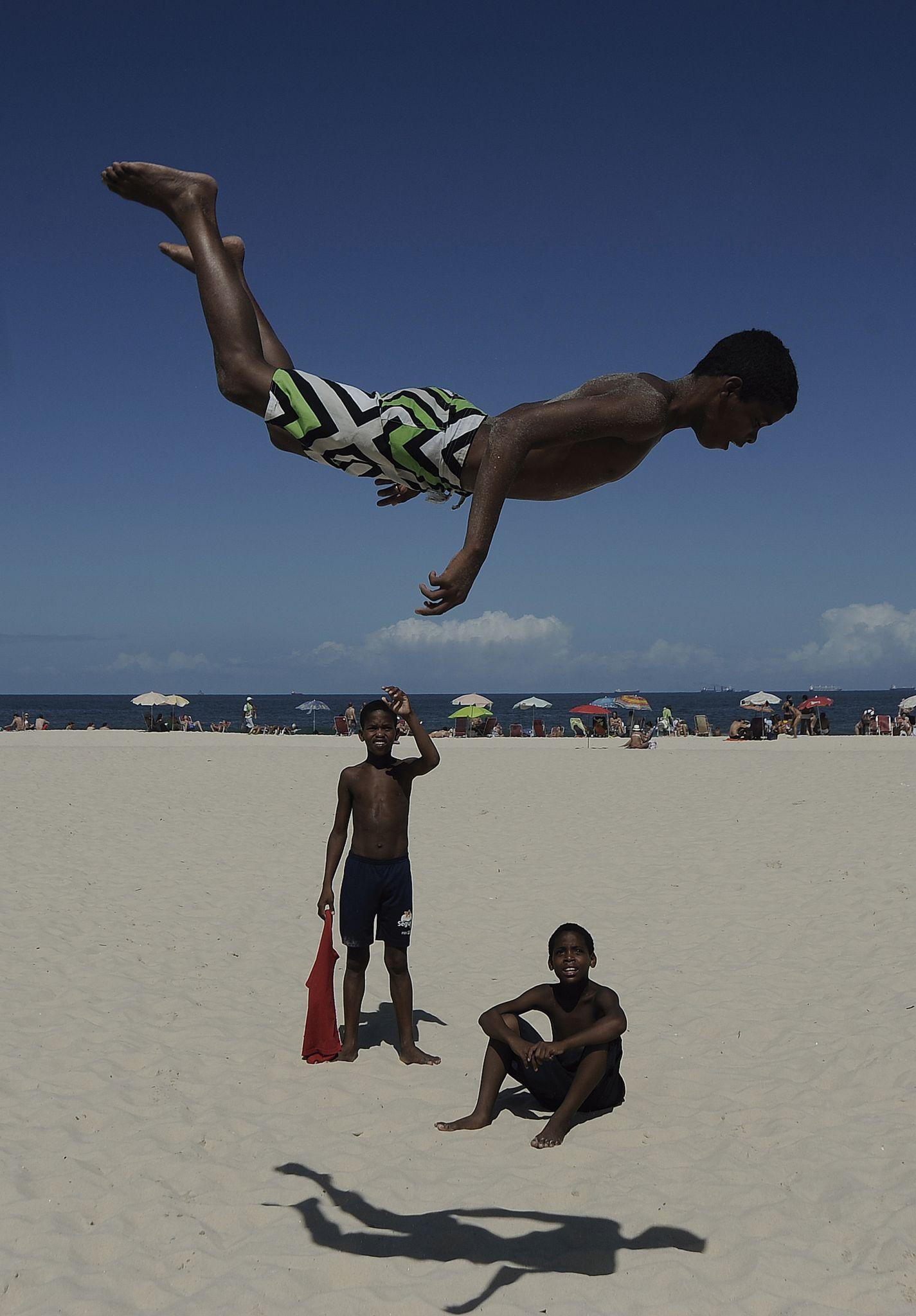 Fabio Teixeira. Salto em Copacabana (menino brinca de saltar na praia de Copacabana, Zona Sul da cidade do Rio de Janeiro), 2013. Col. do artista