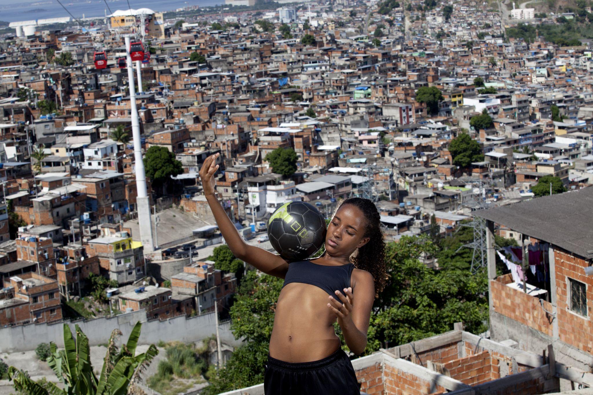 Marcia Zoet. Karen Prado - jogadora de futebol feminino do Complexo do Alemão da série As Donas da Bola, 2014. Coleção da artista.