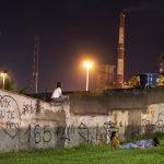 A onipresença de uma usina siderúrgica na paisagem urbana de Ipatinga no ensaio do fotógrafo Rodrigo Zeferino