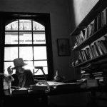 Por trás da foto: Eder Chiodetto conta como foi fotografar a escritora Hilda Hilst em sua mesa de trabalho