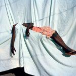 A fotógrafa Viviane Sassen revela sua influência surrealista em exposição na Inglaterra